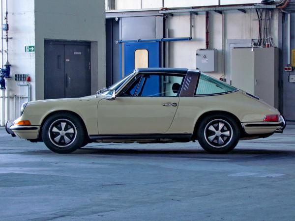1969 911 Targa 2.2 E seen from the left side