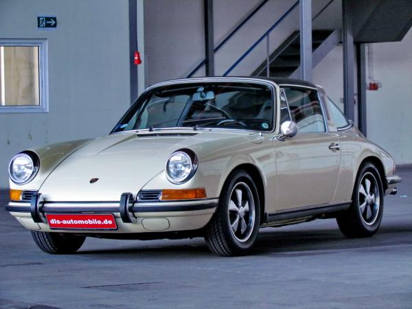 1969 911 Targa 2.2 E seen from the front