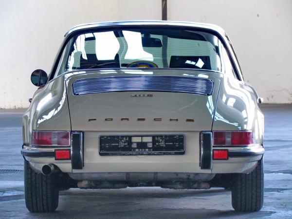 1969 911 Targa 2.2 E seen from the back