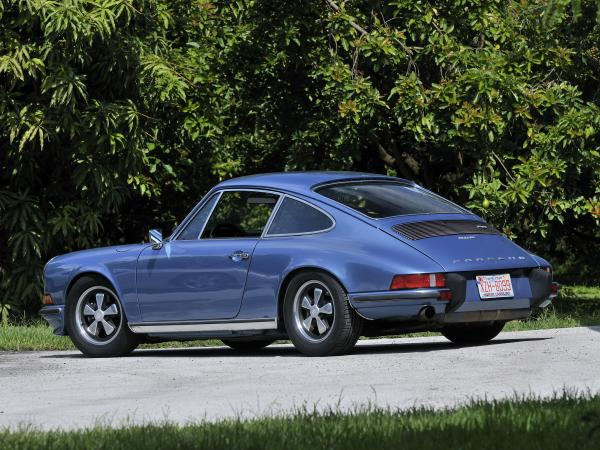 A blue Porche 911 2.4 S seen from behind
